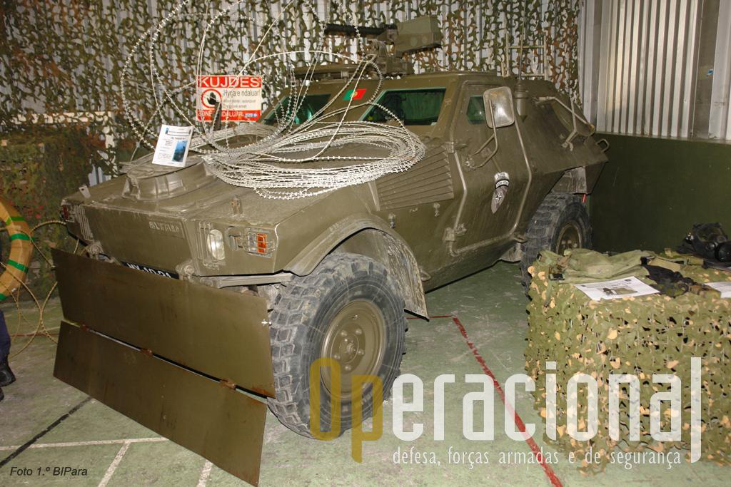 M-11 com protecção frontal (versão inicial) para evitar que objectos ou explosivs sejam arremeçados para baixo da viatura ou mesmo para atingir o pessoal que vem na sua retaguarda.