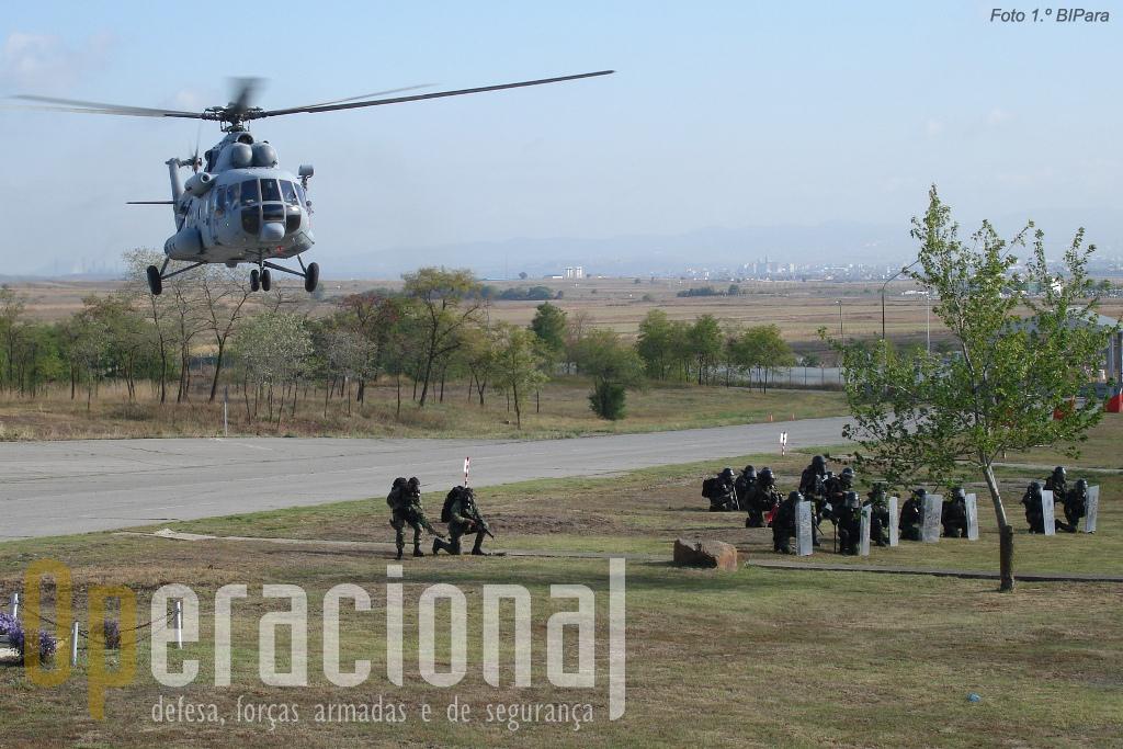 As operações com helicópteros conferem uma capacidade de intervenção rápida em qualquer ponto do Kosovo.