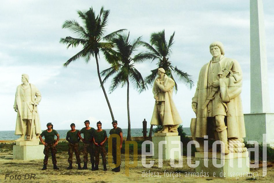 Antes da partida os militares portugueses não deixaram de visitar o Forte de S. Tomé onde funcionava o Museu que recolheu as estátuas de alguns dos nossos herois ultramarinos.