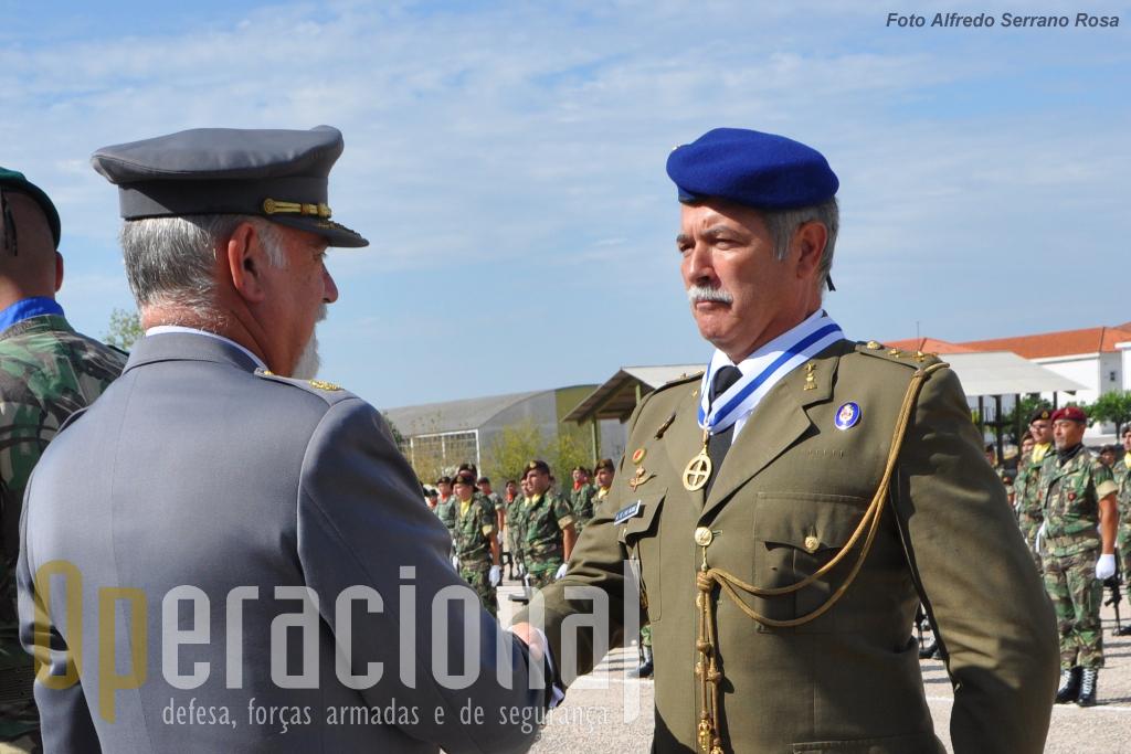 """...e o General de Brigada Miguel Garcia Garcia de Las Hijas, comandante das """"Fuerzas Aeromoviles del Ejercito de Tierra"""" (unidade de helicópteros), pelo modo como esta unidade espanhola tem apoiado militares do Exército Português ali em formação e por ser em espanha um dos promotores da implementação desta capacidade no nosso Exército."""