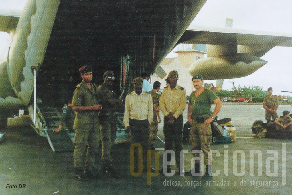 Instantes antes do regresso a Portugal, militares de S. Tomé despendem-se dos «páras» portugueses.