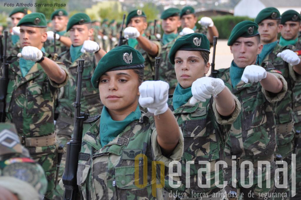 Seguindo de algum modo uma tradição iniciada com as Enfermeiras Pára-quedistas, que tantos serviços prestaram a Portugal na guerra em África,  as Tropas Pára-quedistas continuam a integrar mulheres nas suas fileiras.
