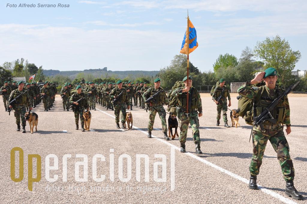 O Major Pára-quedista João Machado no comando do 2.º Batalhão de Infantaria Pára-quedista, com o pessoal armado e equipado para combate, aludindo à sua missão de batalhão atribuido á Força de Reacção imediata das Forças Armadas Portuguesas.