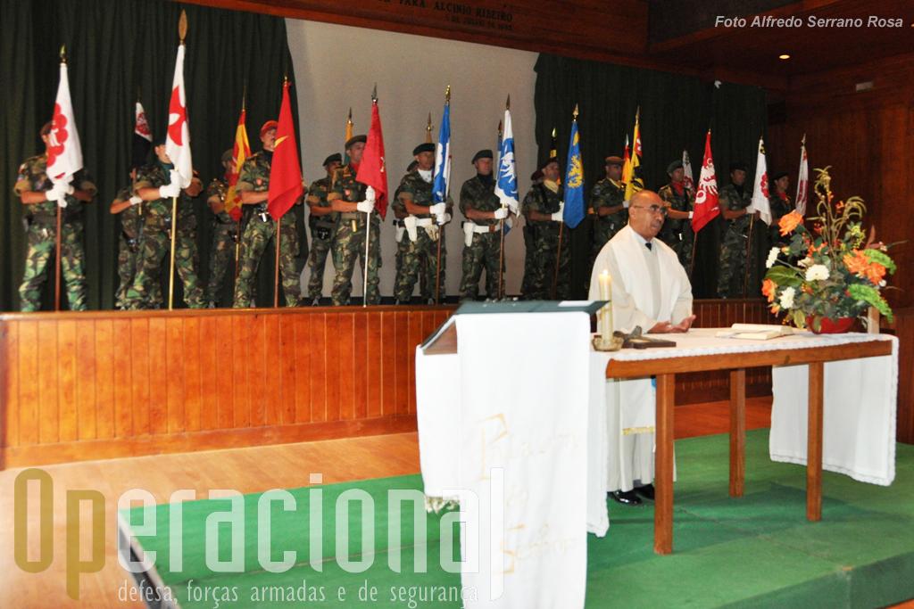 Bem cedo a tradicional missa de sufrágio pelos militares e civis da unidade já falecidos. O capelão militar que oficiou já acompanhou várias forças expedicionárias, nomeadamente em Timor-Leste e no Afeganistão.