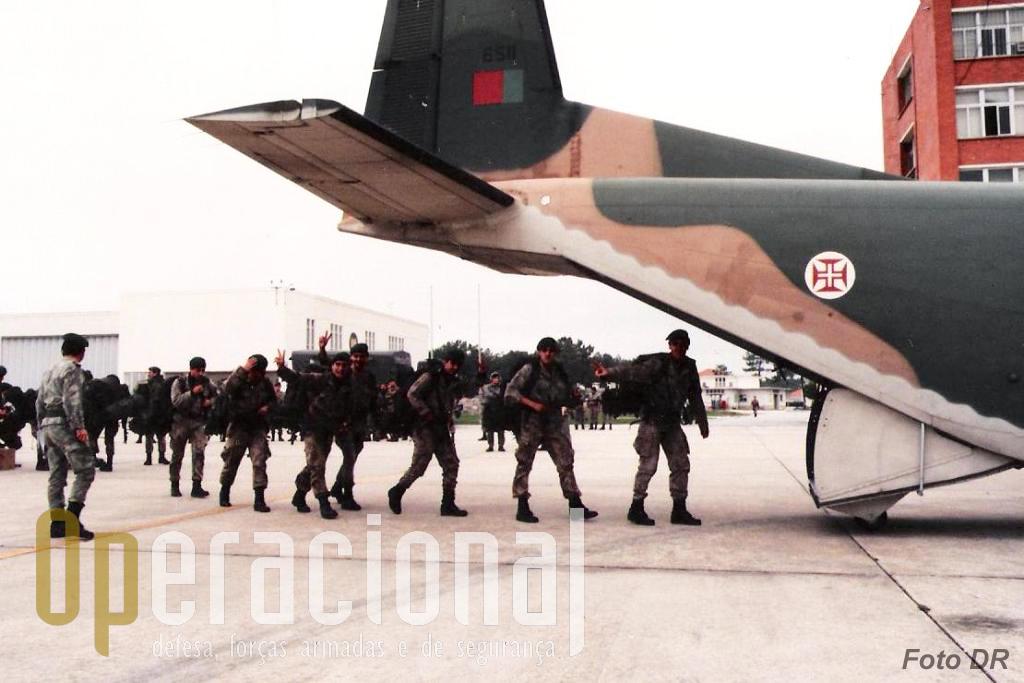 """O último grupo de pára-quedistas que seria enviado para África nos C-130 da Força Aérea, saíu de S. Jacinto rumo a Lisboa em C-212 """"Aviocar"""", 30 minutos depois da ordem recebida."""