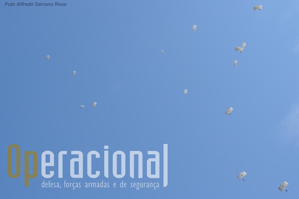 """O Destacamento ALFA da Companhia de Precursores do Batalhão de Apoio Aeroterrestre, saltou de um C-295M da Esquadra 502 da Força Aérea Portugeusa e inicia a descida """"em calote""""."""