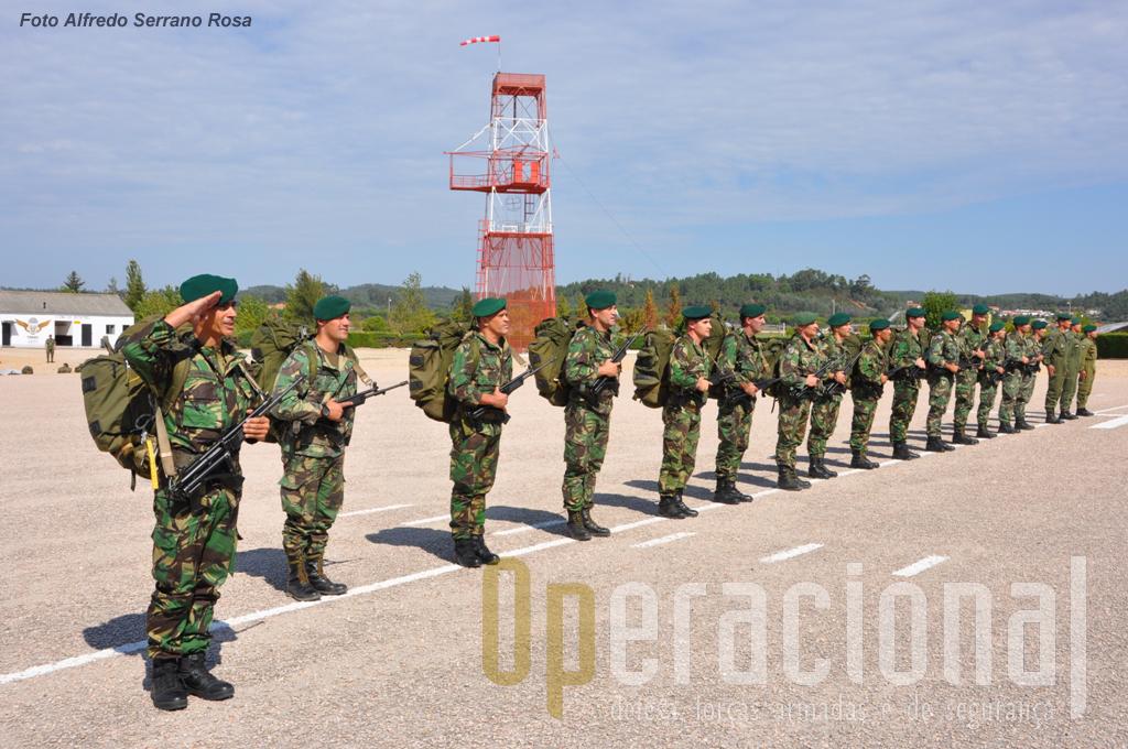 Os SOGA apresentam-se ao General CEME. Estes militares são altamente especializados, submetem-se a uma formação e treino muitissimo exigente, com riscos acrescidos. Neste tipo de saltos os militares transportas até 50 quilos de equipamento e armamento, infiltrando-se em profundidade depois da aterragem.