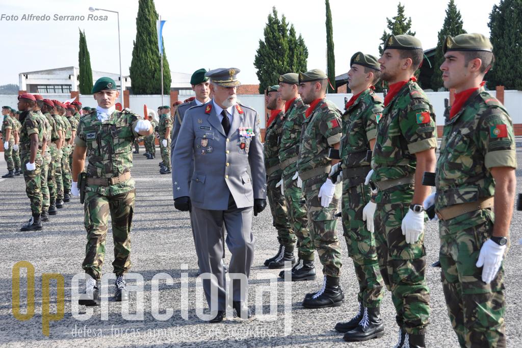 """O General José Luís Pinto Ramalho, Chefe do Estado-maior do Exército, presidiu à cerimónia e dirigiu uma mensagem aos """"Oficiais, Sargentos, Praças e Funcionários Civis da Brigada de Reacção Rápida"""""""