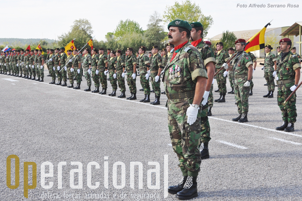 """Na parada """"Alferes Pára-quedista Mota da Costa"""", primeiro oficial pára-quedista morto em combate em Angola em 1961, a BrigRR estava sob o comando do seu 2.º comandante, Coronel Tirocinado Pára-quedista, Carlos Perestrelo."""