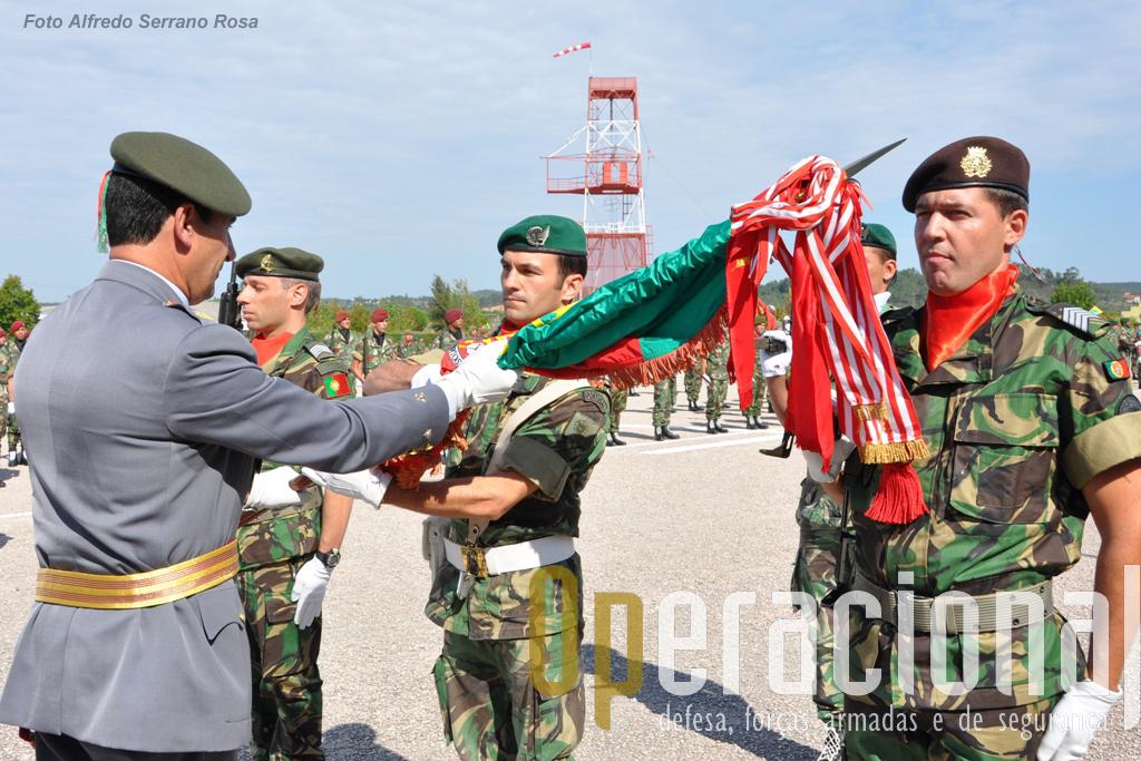 O MGen Campos Serafino entrega o Estandarte Nacional da BrigRR ao novo Porta-Estandarte Nacional da brigada, Tenente Pára-quedista César Monteiro, e respectiva Escolta.