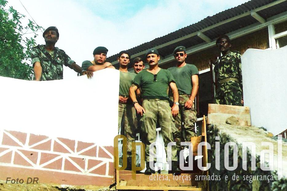 """Militares do destacamento em S. Tomé com militares deste país que tão bem os acolheu. Ao centro o Sargento-Ajudante Duarte que chefiava este """"parte"""" da força portuguyesa que aqui permaneceu."""