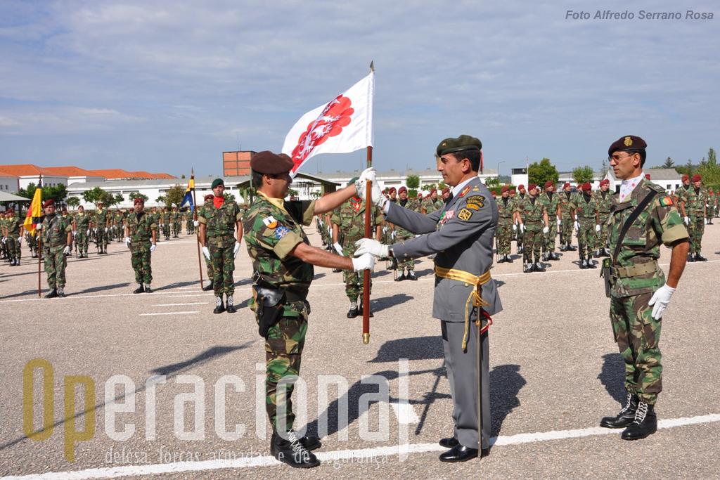 O Sargento-Ajudante de Infantaria Eliseu dos Santos Leitão (à direita), novo Porta-Guião Heraldico da brigada, também iniciou as suas funções nesta cerimónia.