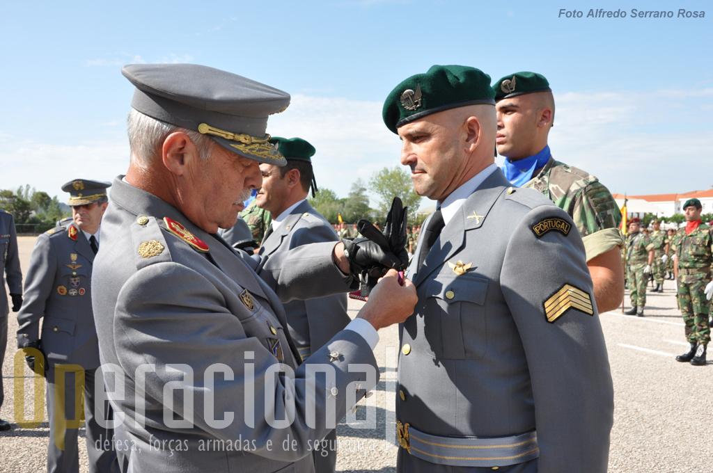 O Primeiro-Sargento Pára-quedista Manuel Bessa a ser condecorado com a Medalha de Mérito Militar. Nesta cerimónia foram condecorados 10 militares da BrigRR.