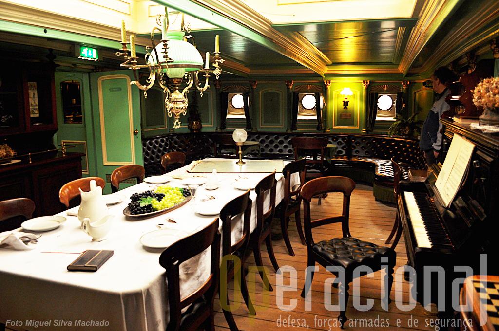 A messe de oficiais, onde estes tomavam as refeições, ocupa o mesmo espaço da sala (foto anterior)