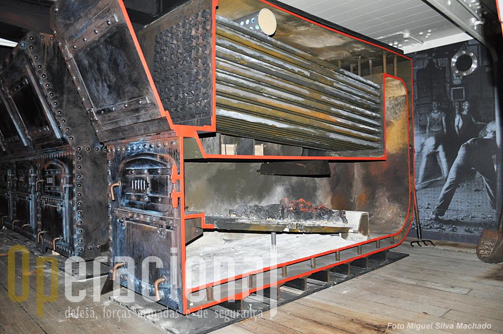 As caldeiras para produzir vapor que funcionavam a carvão, óleo ou madeira. nesta foto uma que está cortada para se verem os diferentes componentes.