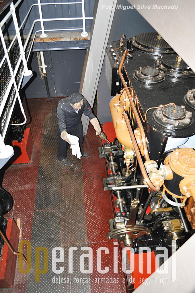 """Estes motores a vapor não eram do """"Buffel"""" vieram de outro navio mais moderno mas servem para explicar aos visitantes o seu funcionamento e vantagens (à época)."""
