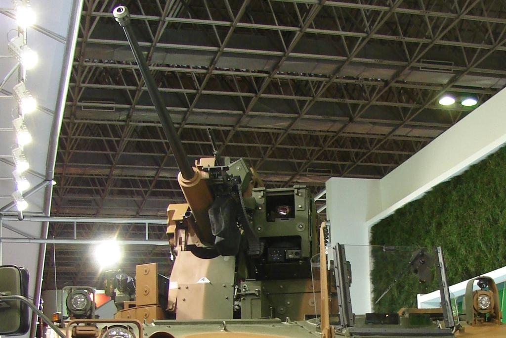Detalhe da torre UT30BR da Elbit, com um canhão automático de 30mm, uma metralhadora coaxial de 7,62mm, um sistema de alerta laser, uma alça panorâmica e lançadores de fumos.