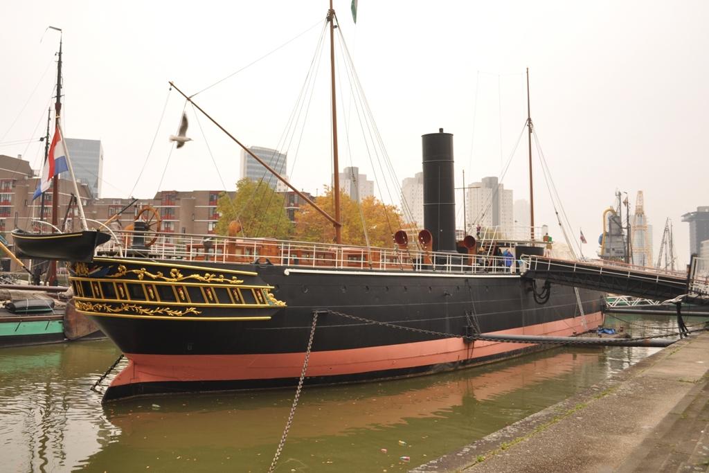 """Numas das muitas docas com acesso aos canais que ligam a cidade ao mar, o """"Buffel"""" é um dos pontos de atração de Roterdão."""
