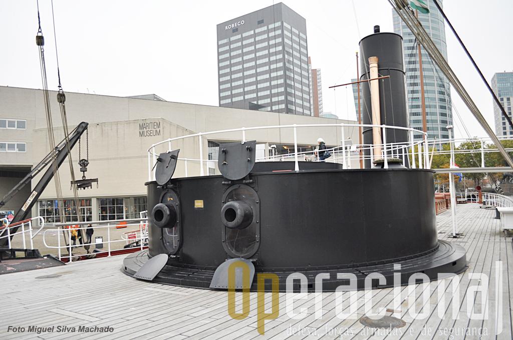 A torre era rotativa o que permitia fazer fogo em várias direcções sem ter que alterar o rumo do navio.