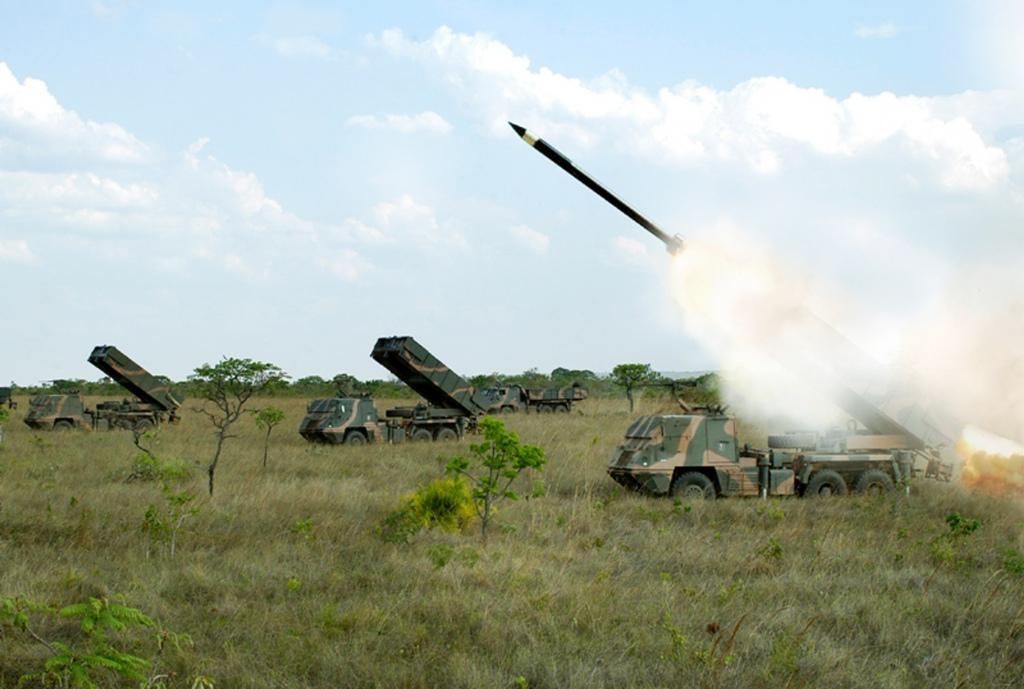 """O sistema """"Astros II"""" está ao serviço e vai manter-se estando prevista a sua evolução (Foto Exército Brasileiro)"""