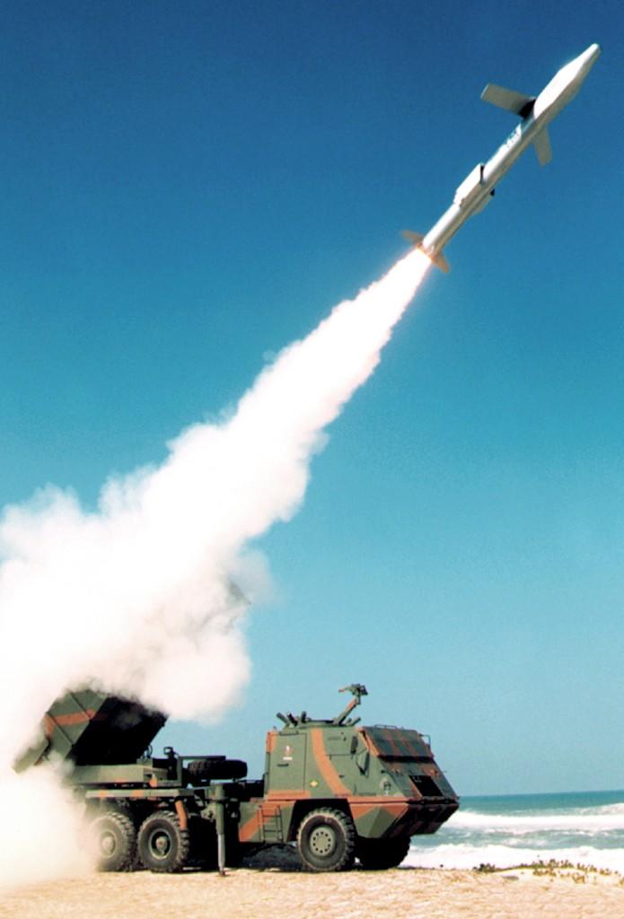 """A nova versão do """"Astros II"""" vai passar a poder usar o missil de cruzeiro AV-TM (Concepção artistica de um lançamento AV-TM - foto manipulada Avibras)"""