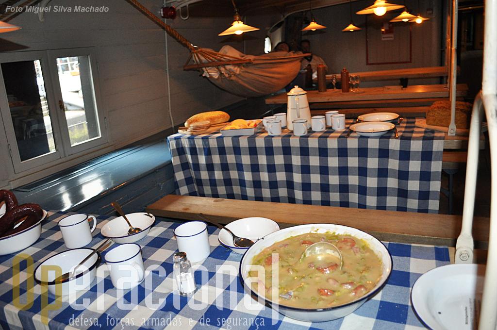 """Junto ao """"refeitório dos marinheiros"""" também se situavam algumas das redes que estes usavam para dormir."""