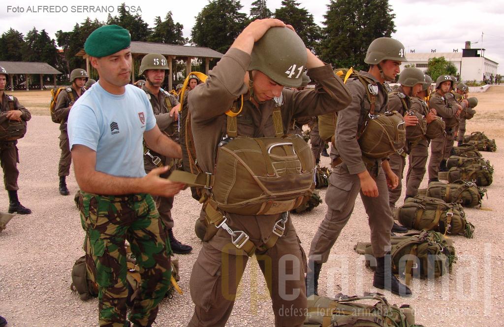 Instrução técnica de equipar com o conjunto de paraquedas, equipamento e armamento…sempre com a ajuda do INSTRUTOR.