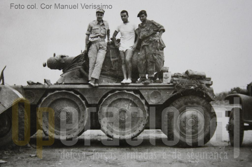 Militares de uma unidade regular do Exército confraternizam com um pára-quedista em Quipedro. A chegada desta unidade permitiu a recuperação da 1CCP para ser empenhada noutras missões de combate.