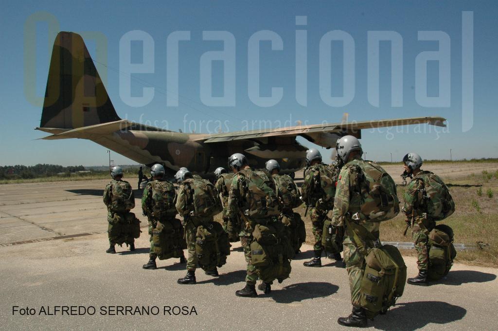 Embarque de Saltadores Operacionais a Grande Altitude (SOGA) numa aeronave HÉRCULES C-130.