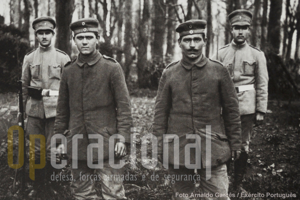 Prisioneiros alemães guardados por militares portugueses.