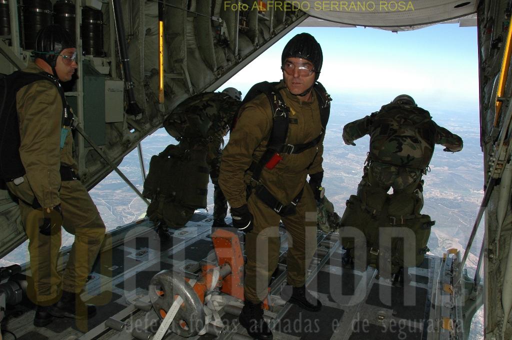 O planeamento, a supervisão e apoio de infiltrações em paraquedas realizadas a muito grande altitude, são objetivos do curso «CHEFE DE SALTO DE ABERTURA MANUAL».