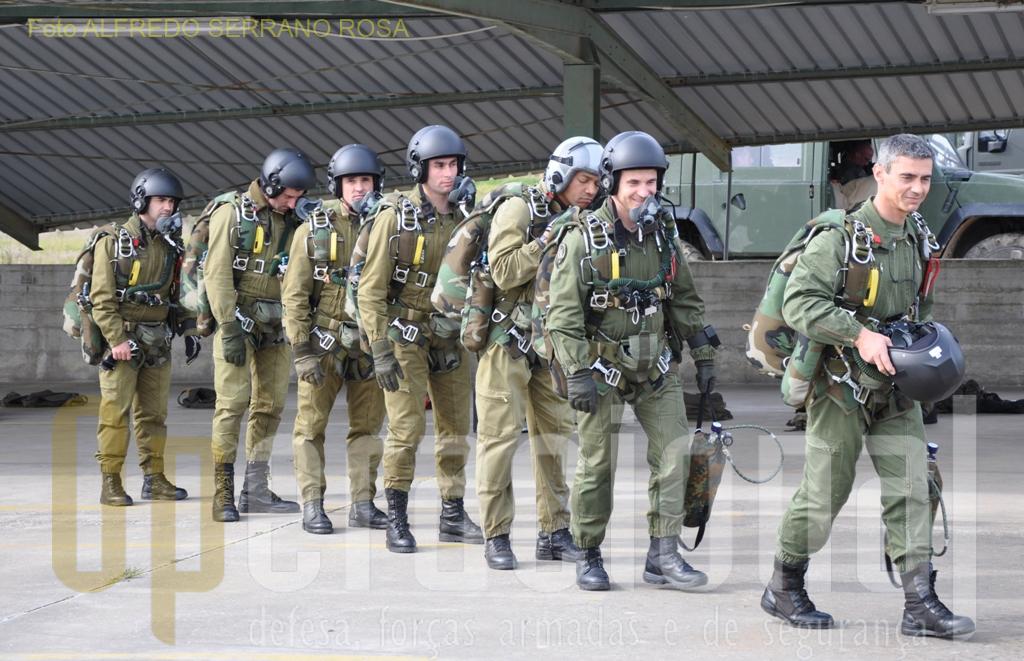 Ser oficial ou sargento do QP, e possuir o Curso de Queda-Livre Operacional são pré-requisitos para a frequência do Curso «CHEFE DE SALTO DE ABERTURA MANUAL».