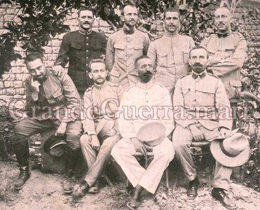 Grupo de oficiais que combateram em Naulila. Sentados da direita para a esquerda: Capitães Reis e Patacho, Tenente Sabo e Alferes Menezes. De pé, também da di- reita para a esquerda, Tenente Stockler, Alferes Veterinário Abade, Tenente Bettencourt e Tenente Matias