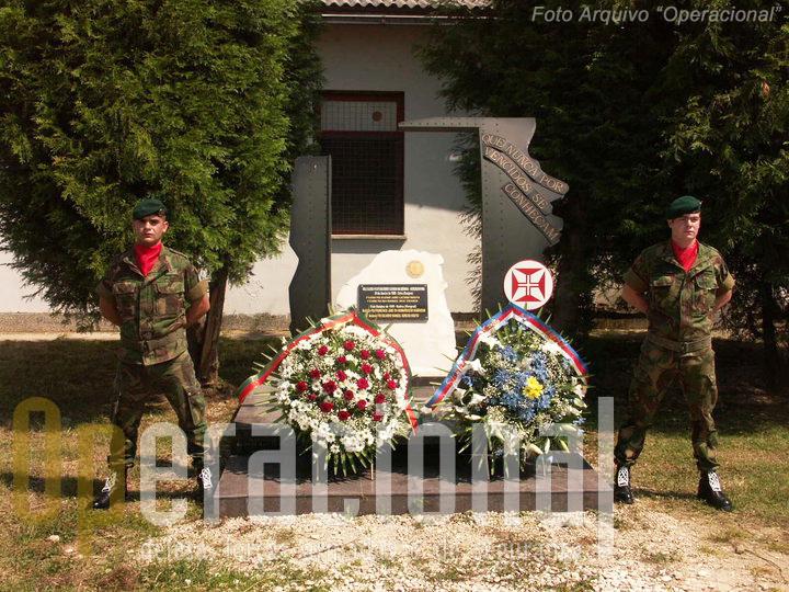 O Monumento original estava instalado no quartel português de Doboj.