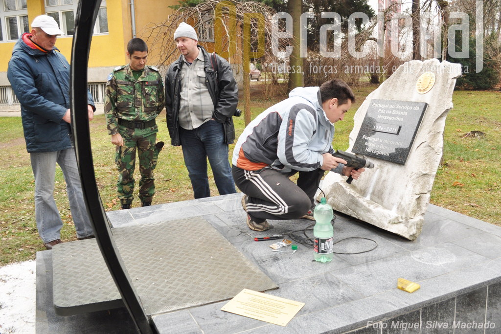 Os operários bósnios contratados pelos últimos militares portugeuses presentes na Bósnia, deram uma arranjo geral no monumento e procederam à colocação da placa levada de Portugal.