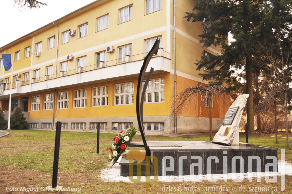 O monumento junto à Câmara Municipal de Doboj. Foi recuperado pelos últimos militares portugueses na Bósnia, mas agora quem assegurará a sua manutenção? Será que já se saberá?