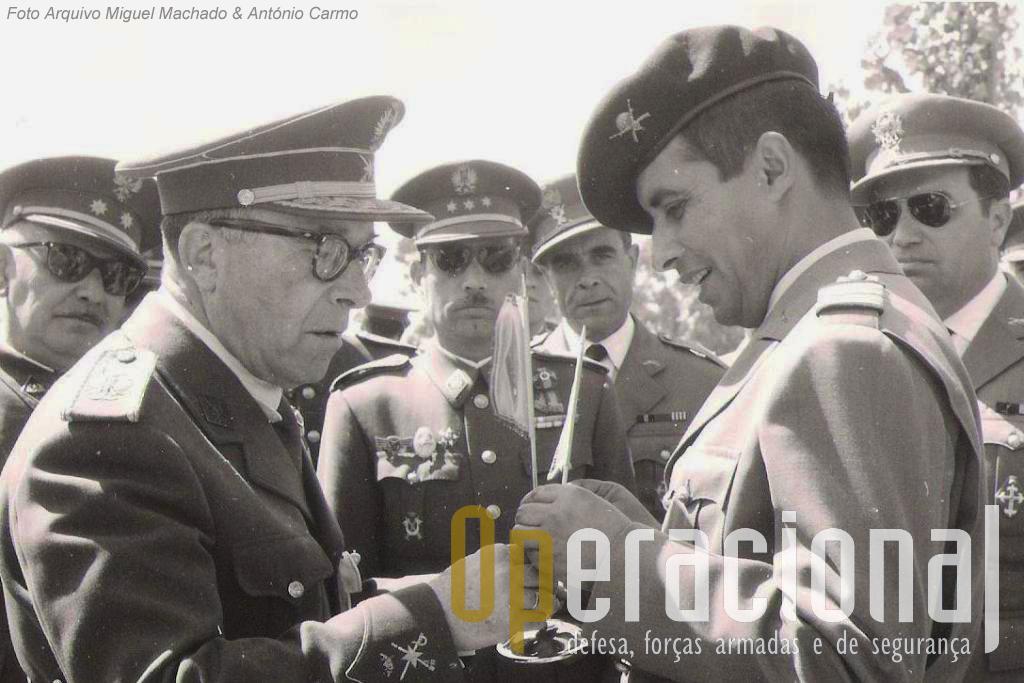 O capitão Armindo Martins Videira (de boina), pára-quedista militar português n.º 1 e primeiro comandante do Batalhão de Caçadores Pára-quedistas.