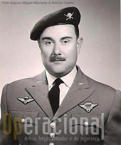 Mário de Brito Monteiro Robalo, comandante do Regimento de Caçadores Pára-quedistas de 1962 e 1971. Note-se o brevet francês (instrutor).