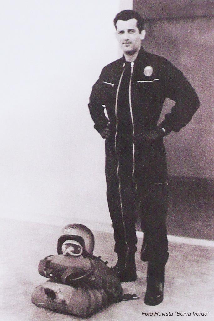 """O Capitão Bragança Moutinho que José Mansilha não hesita em considerar o """"pai"""" da queda-livre desportiva em Portugal e o seu principal entusiasta."""