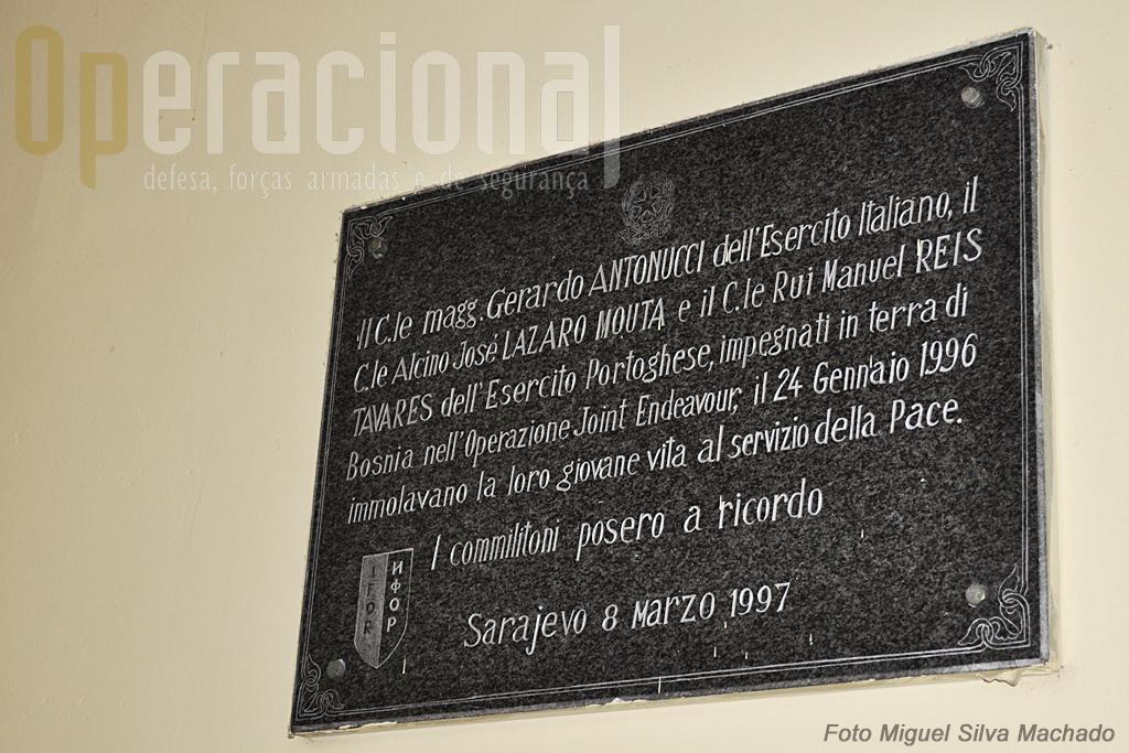 Em 1997 o Exército Italiano afixou esta placa que homenageia os portugueses e italianos aqui falecidos. A Escola trata de a manter em boas condições.