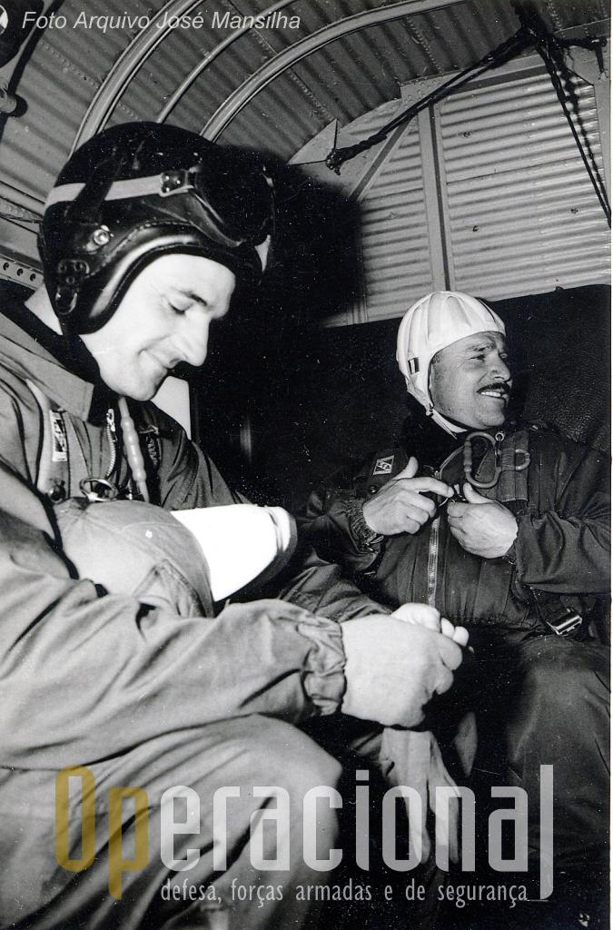 """Dois """"Falcões Negros"""",capitão José Mansilha e sargento Arlindo Mendes no interior de um JU-52, antes de mais um salto de abertura manual."""