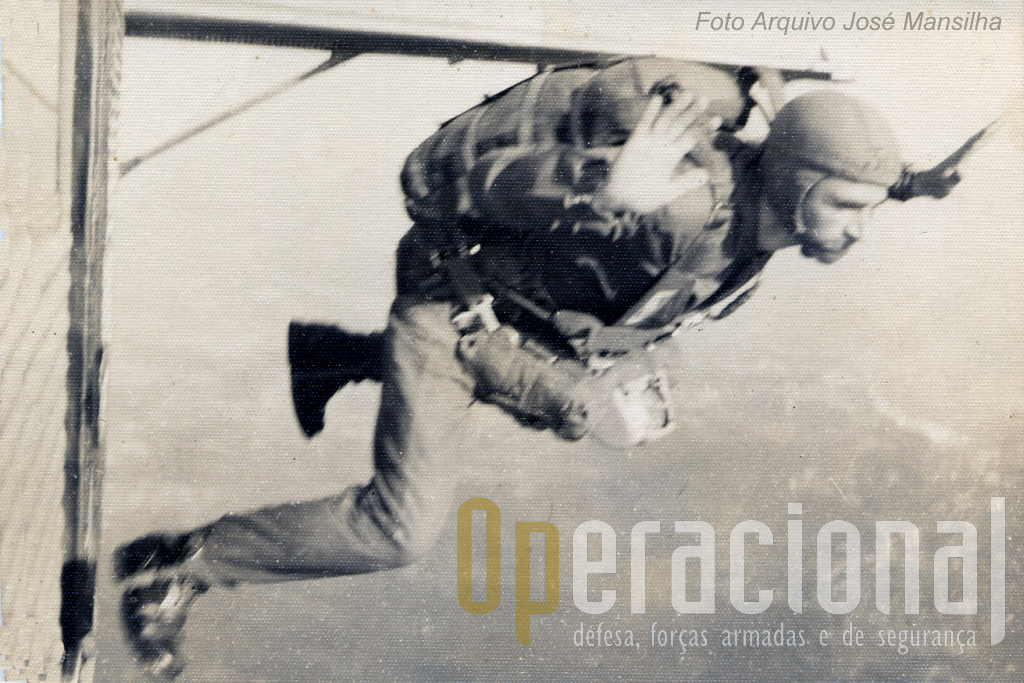 """O capitão José Mansilha fotografado no momento exacto em que abandona o """"JU"""", a tomar a posição """"rã"""" para um salto de Estilo"""