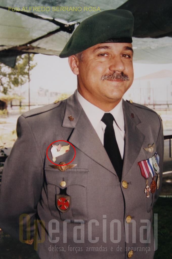 Militar paraquedista ostentando no seu uniforme de cerimónia o distintivo de qualificação do Curso de «PRECURSOR AEROTERRESTRE», modelo obsoleto de grandes dimensões.