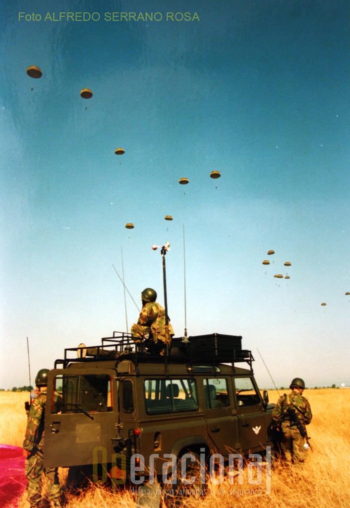 Equipa de PRECURSORES AEROTERRESTRES controlando e orientando um lançamento operacional.