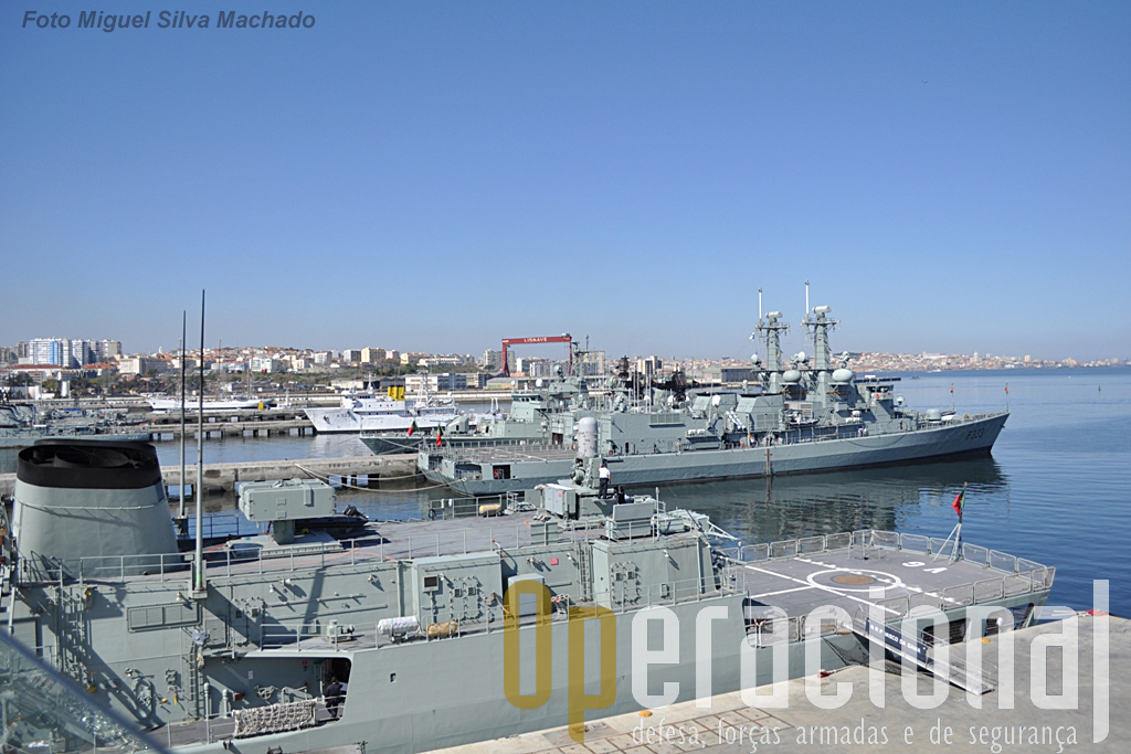 Da asa da ponte de bombordo, olhando para a Base Naval de Lisboa, é bem notório que estamos, em altura, acima de qualquer outro navio de guerra da Marinha Portuguesa.