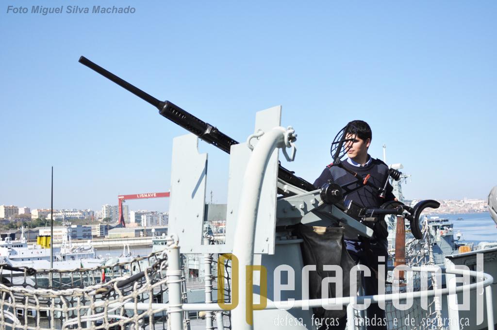"""Uma das """"lições aprendidas"""" pelos ingleses nas Falklands levo-os a instalar estes """"Oerlikon"""" 20mm Mk2, um junto a cada asa da ponte, destinados a defesa contra aeronaves. Parece que não são de fácil aquisição de objectivos e também não há grande fartura de munições para treino."""