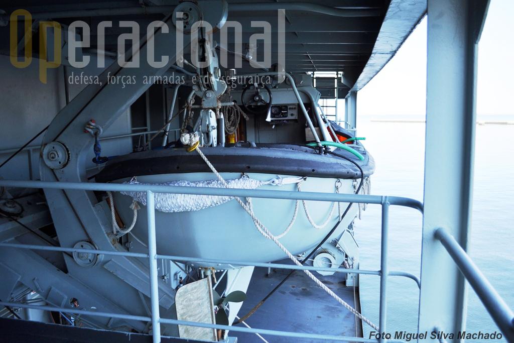 """Este """"crash-boat"""" colocado a bombordo tem capacidade para 20 pessoas."""
