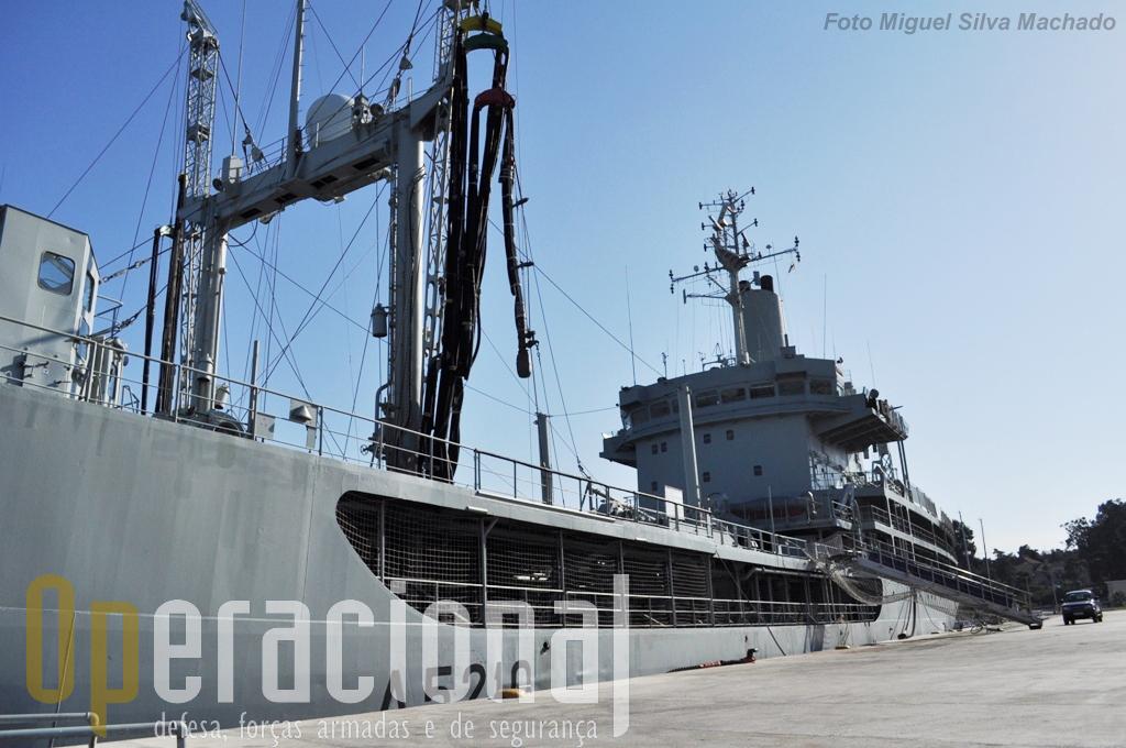 """Na Base Naval de Lisboa, atracado no """"molhe de honra"""", o """"Bérrio"""" preparava-se para mais um exercicio quando o visitamos."""