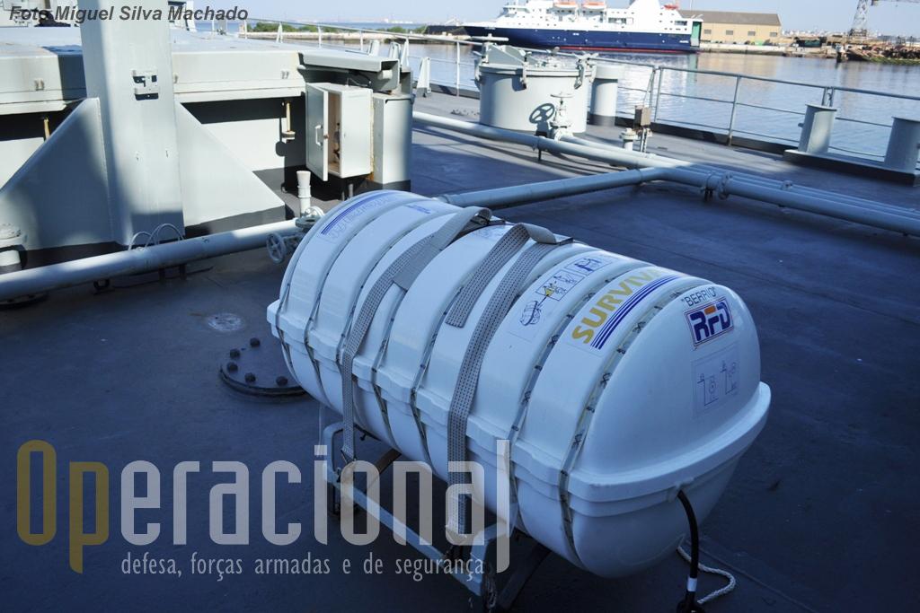 Cinco destas balsas salva-vidas estão colocadas em diversos locais do navio, permitindo recolher um número de náufragos igual a 1,5 vezes o efectivo da guarnição. Dispõem de elementos básicos de sobrevivência no mar.