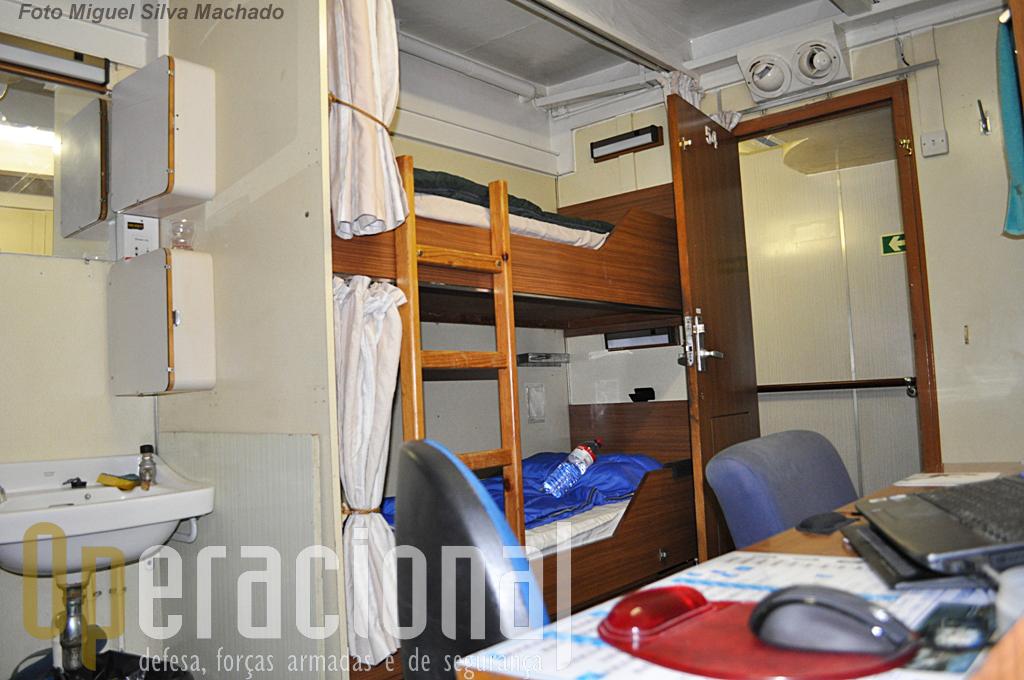 """Ao contrário de outros navios de guerra no """"Bérrio"""" o espaço não é grande problema. Alojamento de Praças, dois por quarto, uma secretaria com dois lugares, lavavos e armários."""